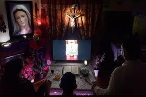 Coronavirus lleva a católicos a poner altares en sus casas