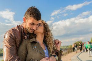 Escucha a su novio decir algo horrible sobre ella y pide consejo sobre si dejarle o no