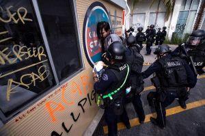 Acusan a LAPD de provocar la violencia en manifestación por George Floyd en el oeste de Los Ángeles