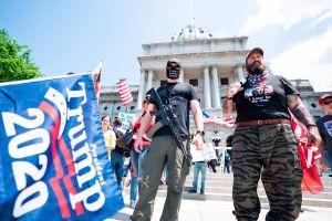 Se arman para protestar contra el confinamiento por el COVID-19 en EEUU