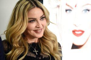 Madonna aparece en topless, cubriendo su busto tan sólo con su cabello