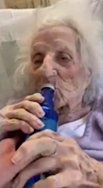 Anciana de 103 años vence al coronavirus y lo celebra bebiendo cerveza