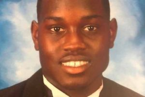 Acusan a padre e hijo por muerte de afroamericano Ahmaud Arbery mientras hacía deporte en el vecindario