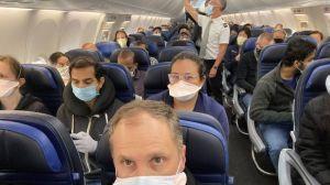 La foto viral de un médico de EEUU en un avión que llevó a United Airlines a ampliar sus medidas por el coronavirus