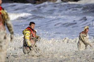 A qué se debe la espuma marina, el extraño fenómeno relacionado con la muerte de cinco surfistas en Países Bajos