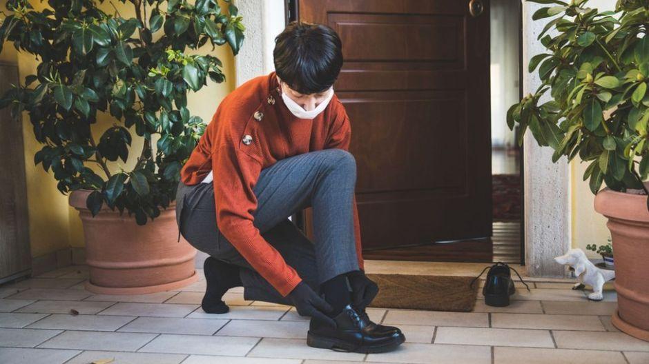 De dónde viene la tradición de quitarse los zapatos antes de entrar en casa  (y qué dice la ciencia sobre ella) | La Opinión