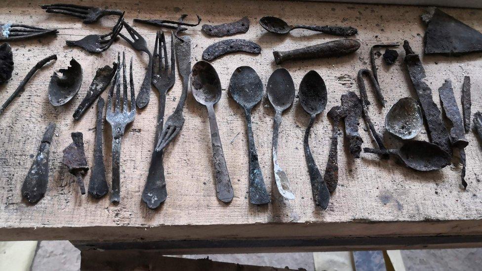 Estos son los objetos escondidos en Auschwitz que fueron descubiertos 75 años después de su liberación