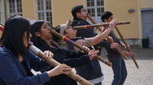 """Cuarentena: músicos latinos llevan 75 días varados en un castillo alemán """"embrujado"""" rodeado de lobos"""