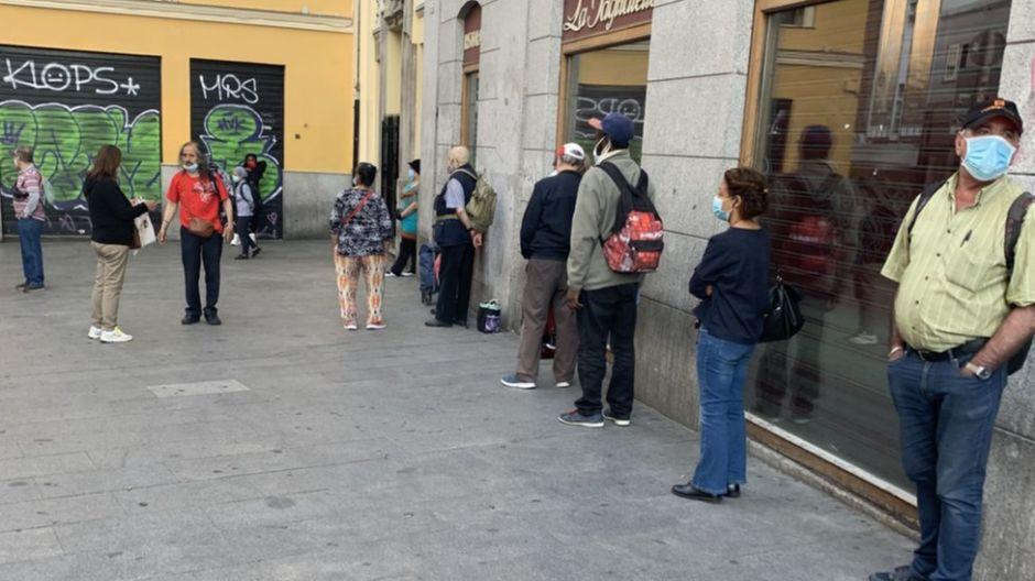 Las largas fila del hambre por la crisis de la COVID-19 inundan Madrid