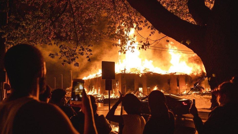 Algunos edificios fueron incendiados y saqueados por manifestantes.