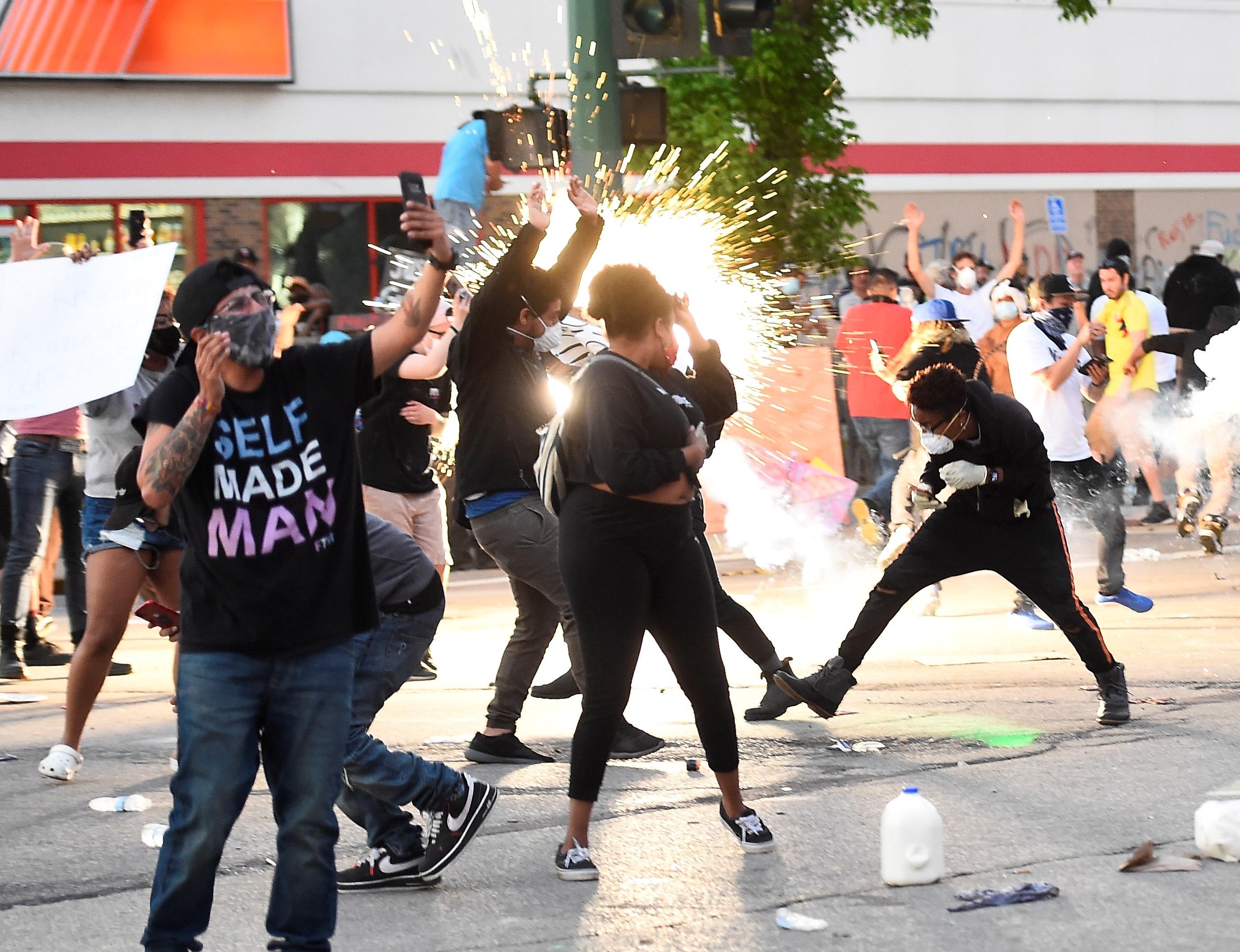 Manifestantes exigen justicia para Floyd en Minneapolis y en otras ciudades del país.