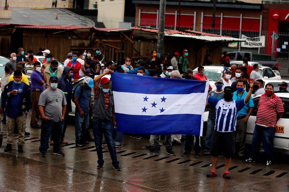 Taxistas hondureños piden al gobierno que los deje trabajar por hambre