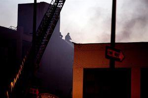Explosión en Los Ángeles: bomberos cruzan bola gigante de fuego en espeluznante video