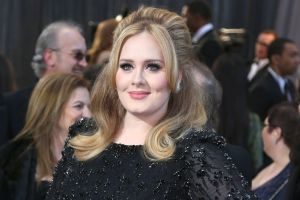 ¡Irreconocible! Adele celebra 33 años, sin maquillaje y presumiendo esbelta figura