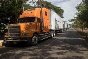 Camioneros de Centroamérica viven un caos por la crisis del COVID-19