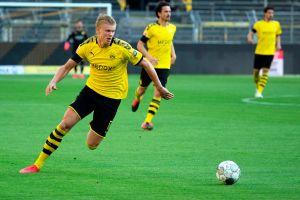 Insólito: Erling Halaand, el goleador del Borussia Dortmund se lesionó ¡por chocar con el árbitro!