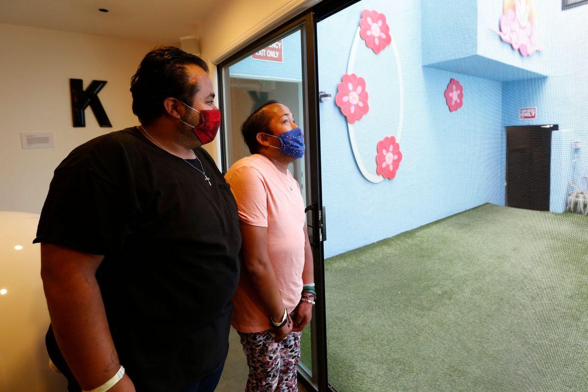 Juan Nito Padilla y su esposo Matthew Padilla, reciben albergue en un hotel de Los Ángeles para protegerse de COVID-19. (Aurelia Ventura/cortesía)