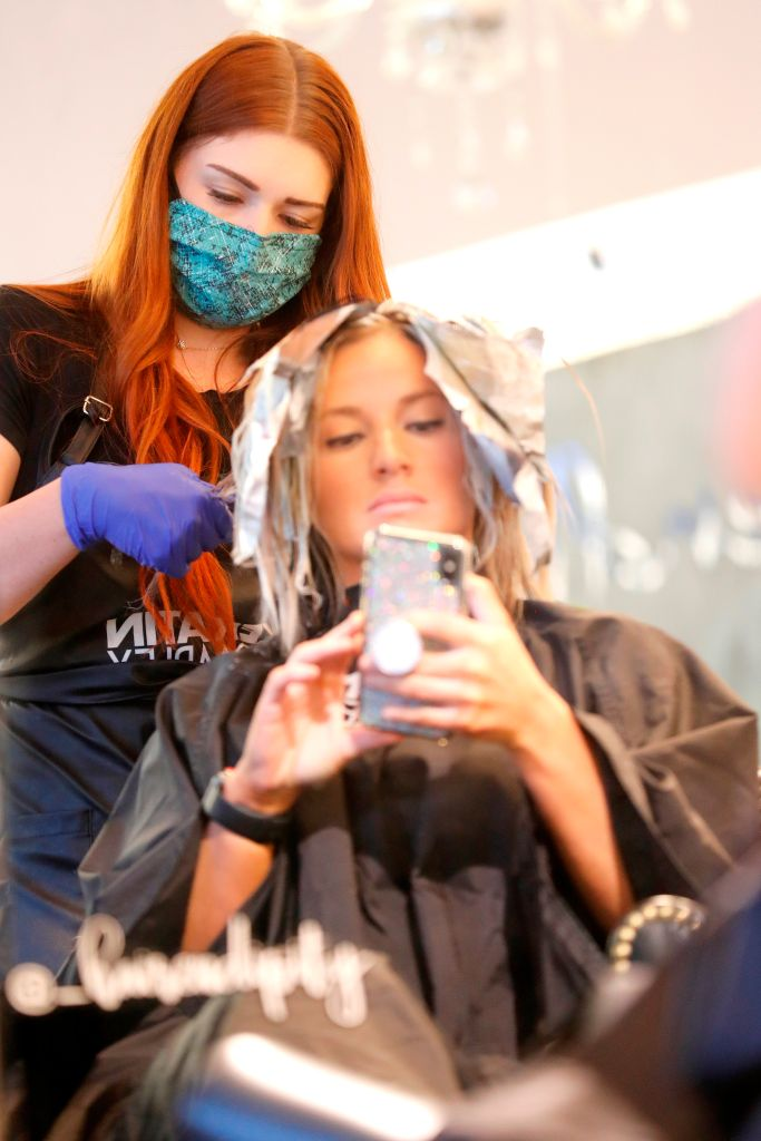 Barberos, peluqueras y esteticistas demandan al estado de California para pedir reapertura de sus comercios
