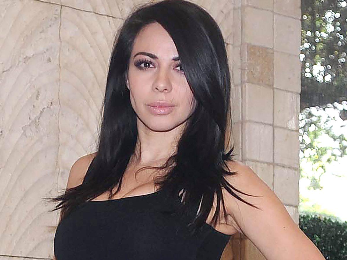 Entre las olas, Jimena Sánchez se agacha y muestra su retaguardia en traje de baño negro