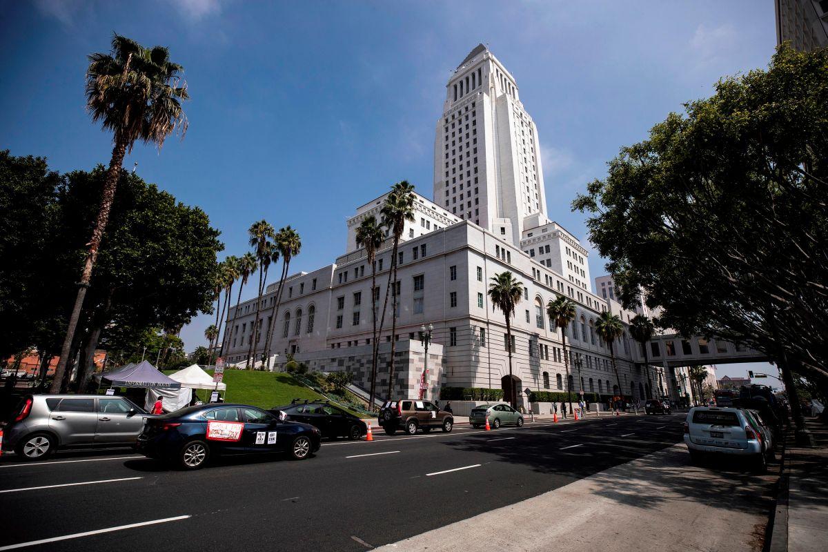 Los concejales de Los Ángeles votan por un salario extra por el riesgo a la salud que implica COVID para los trabajadores de supermercados y farmacias. (EFE)