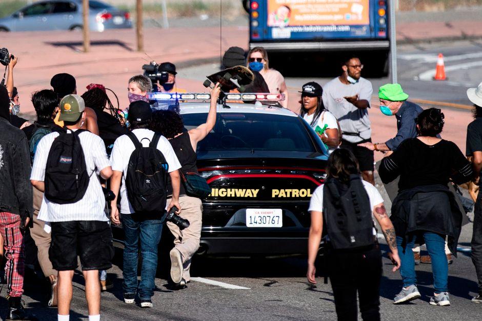 VIDEO: Manifestantes de Los Ángeles atacan a dos patrullas de CHP y una de ellas arrastra a un manifestante