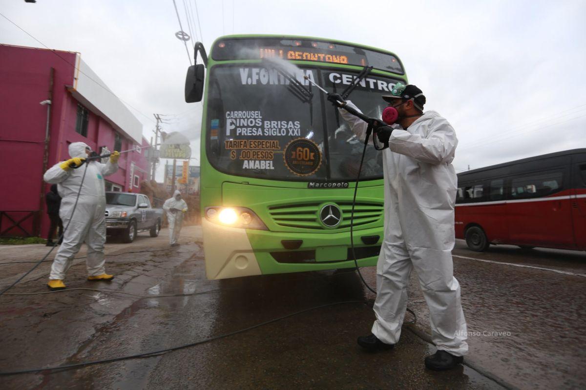 El equipo se encarga de desinfectar autobuses y hasta taxis. / fotos: cortesía COVID-Busters TJ.