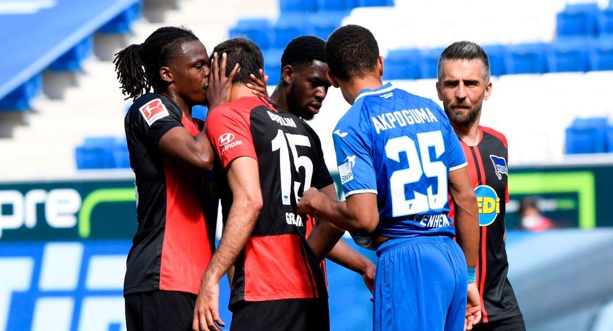 Jugador del Herta Berlin rompió la sana distancia y besó a su compañero al festejar un gol