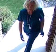 Dos mujeres se visten de enfermeras para robar paquetes de las casas