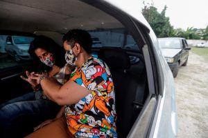En Brasil celebran bodas 'sobre ruedas' para evitar contagiarse de COVID-19