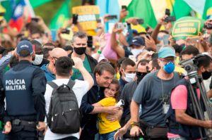 Bolsonaro acude a multitudinaria manifestación en Brasilia