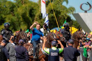 Bolsonaro se pasea a caballo entre miles de simpatizantes