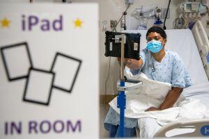 Donación de iPads permite visitas virtuales a pacientes de COVID-19