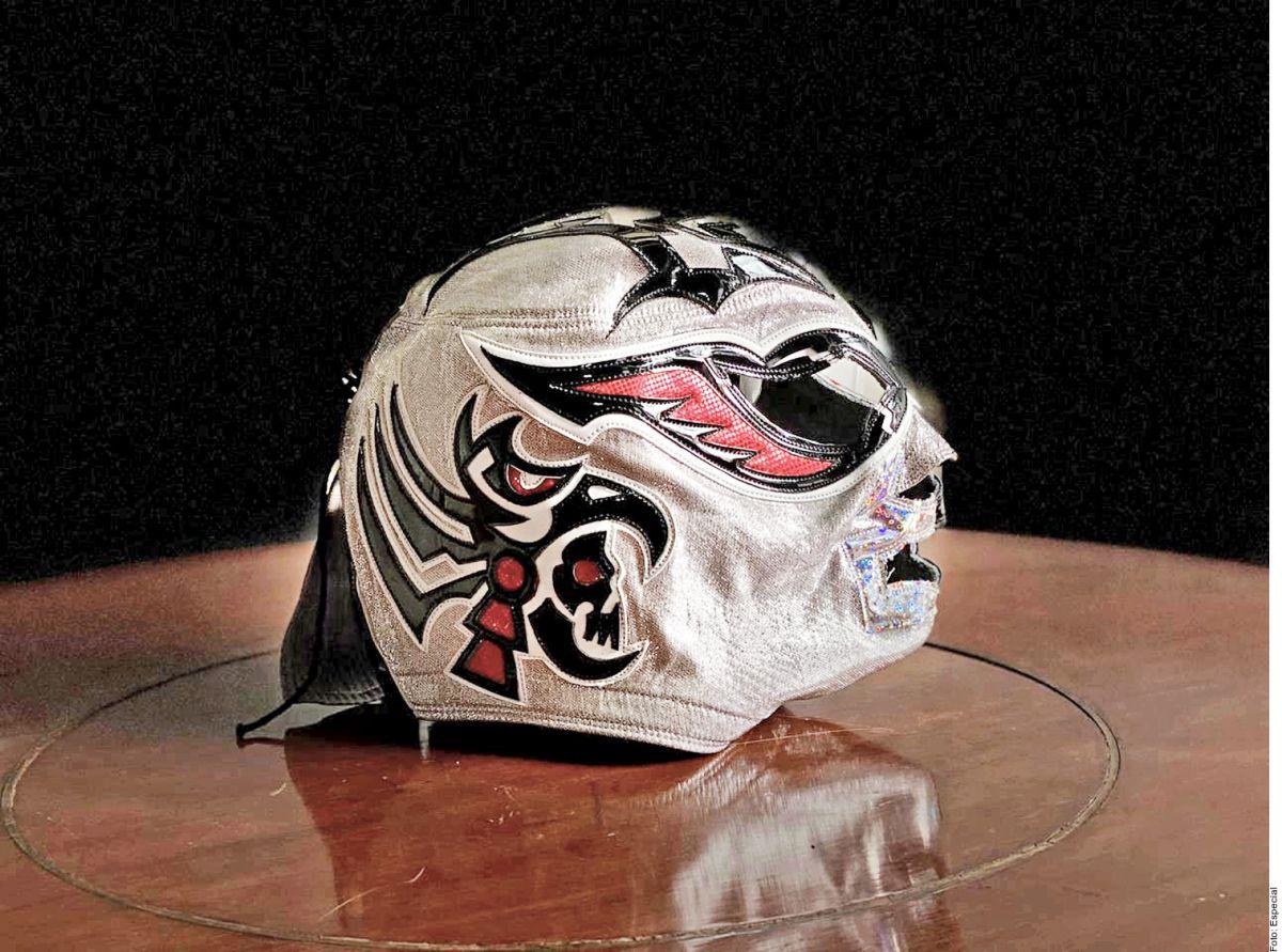 El Hijo del Santo entregó a la familia la máscara que Silver King utilizó durante su última pelea.
