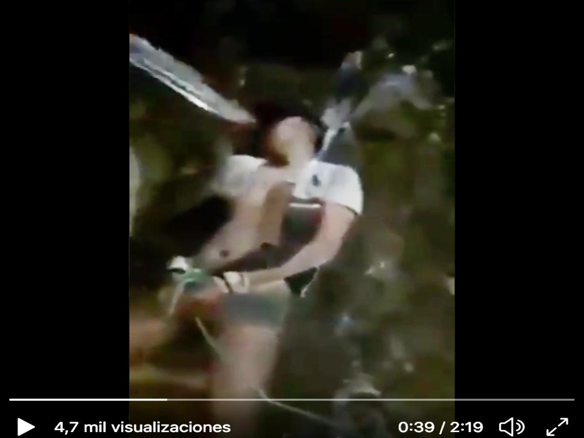 Familia Michoacana clava machetes y decapita a 2 acusados de ser del CJNG y muestra videos