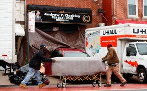 Familia latina demandará a dos funerarias por restos de abuela hallados en camión U-Haul en Nueva York