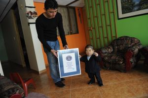 Es el hombre más pequeño del mundo y gana el premio Guiness