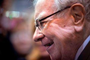 """""""Deja de usar tu tarjeta de crédito como una alcancía"""": el mejor consejo de Warren Buffett durante la pandemia de COVID-19"""