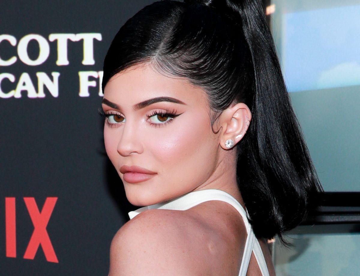 Sin ropa interior y con enterizo estampado, Kylie Jenner luce su espectacular retaguardia
