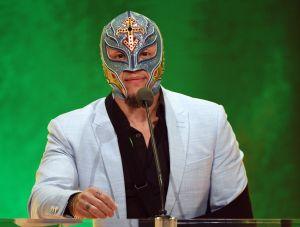 Rey Mysterio se quita la máscara para felicitar a su esposa en su cumpleaños
