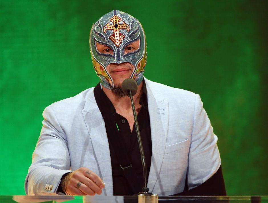 Llena de máscaras y espadas, así es la mansión de Rey Mysterio en San Diego, California