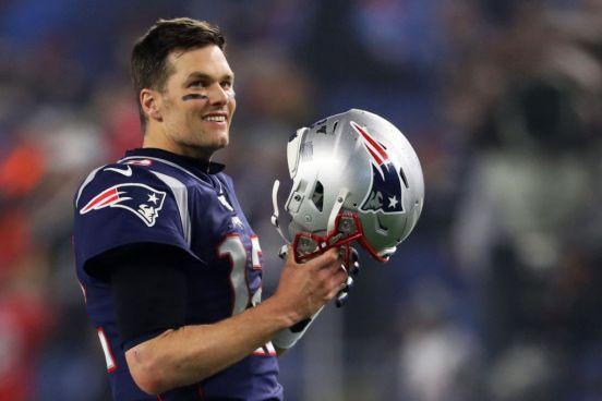 Tom Brady con su casco de los New England Patriots.