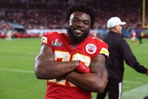 Roban $1,000 dólares a estrella de los Chiefs en un lujoso AIRBNB de Los Ángeles