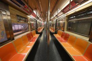 Hallan dos desamparados muertos en vagones del metro de Nueva York