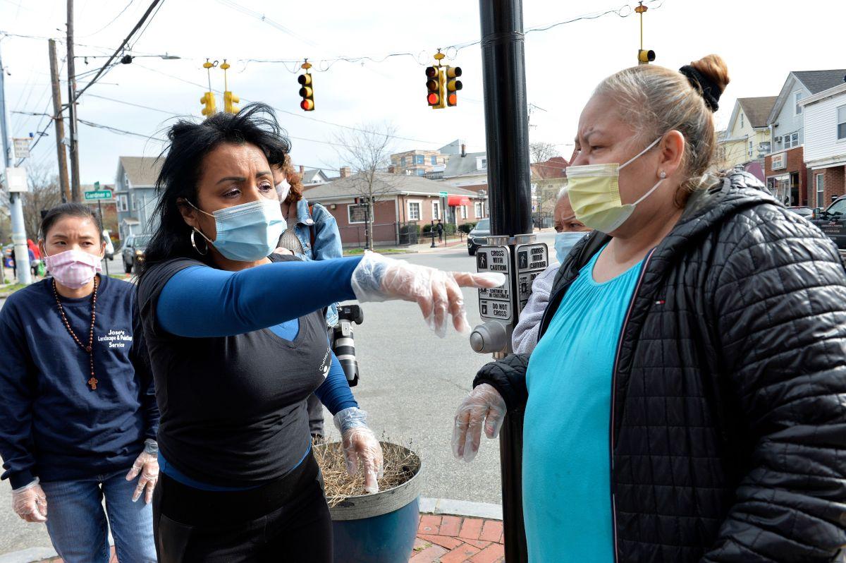 Mujeres hispanas en un banco de comida en Massachusetts.