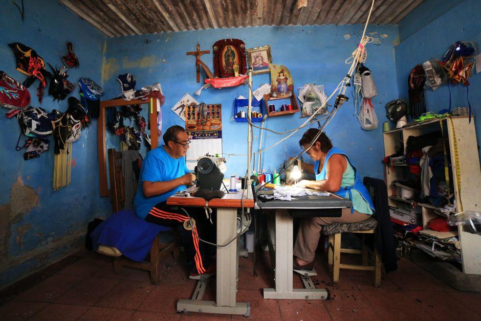 Lucha libre Hijo del Soberano Luchadores mascarillas cubrebocas coronavirus covid-19 Torreón Puebla México confección El Santo Blue Demond El Gato gris