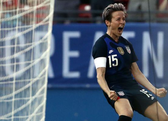 Megan Rapinoe celebrando un gol con la selección femenil de EEUU.