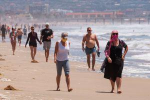 Dos ciudades muy cercanas a Miami reabren sus playas para caminar y hacer surf