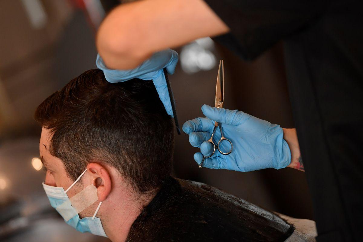 Un estilista de Missouri trabajó con síntomas de COVID-19 durante 8 días y expuso a contagio a 91 personas