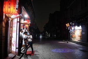 ¿Qué está pasando? Sorprenden imágenes de Pekín completamente oscura a las 3 de la tarde