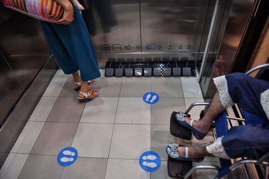 Tailandia centro comercial botones virus coronavirus COVID-19 elevador seguridad ideas
